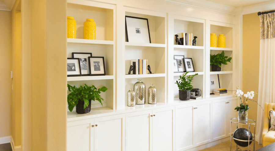 En platsbyggd bokhylla i ett vardagsrum